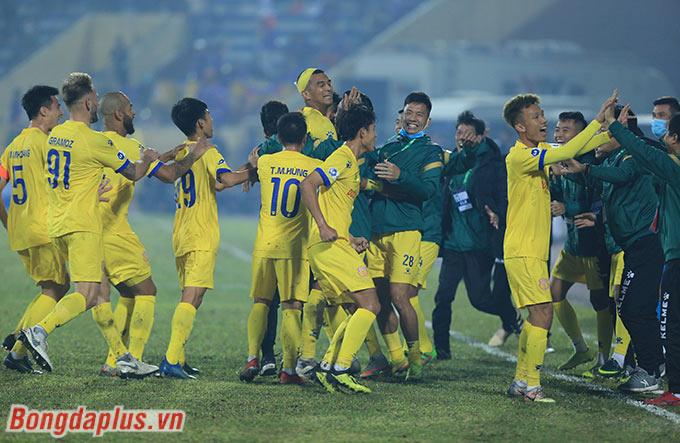 Phút bù giờ cuối cùng trận đấu, Nam Định ấn định chiến thắng 3-0 trước Hà Nội