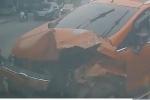 Clip: Chạy lấn làn rồi tông vào hông xe tải, ôtô con nát tươm đầu