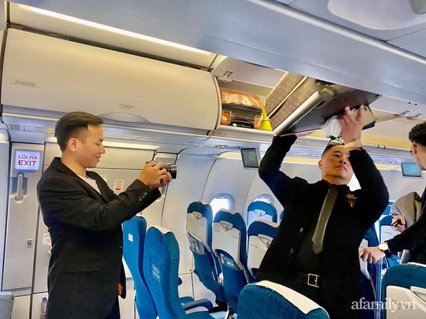 Khung cảnh bên trong máy bay.