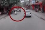 2 xe máy va chạm, nữ sinh bị 'bắn' vào sát đầu ôtô, tài xế thảng thốt nhìn hiện trường