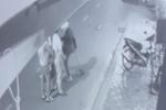 CLIP: Nam thanh niên dùng xẻng đánh, đạp người phụ nữ trẻ sau va chạm giao thông