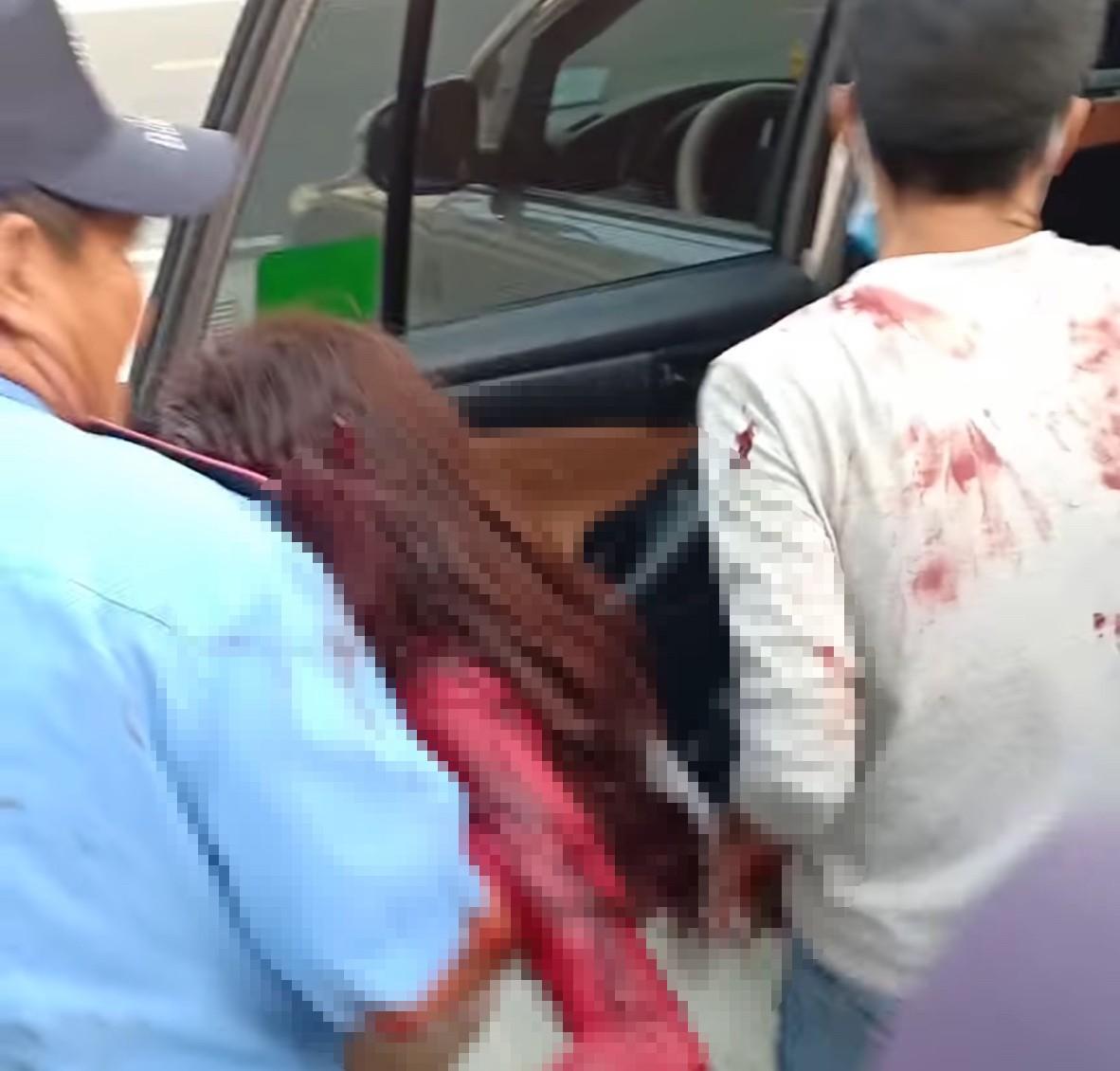 Nạn nhân được đưa đi cấp cứu. Ảnh cắt clip