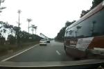 CLIP: 2 xe đường dài dừng giữa cao tốc đổi khách khiến 4 ôtô gặp 'biến' kinh hoàng