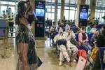 [ẢNH] Người dân mặc áo mưa, đồ bảo hộ kín mít tại sân bay Tân Sơn Nhất chờ về quê đón Tết