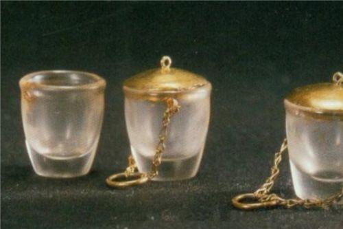 Ly thủy tinh nắp vàng được tìm thấy trong lăng mộ. Nguồn: Sohu, Baidu.