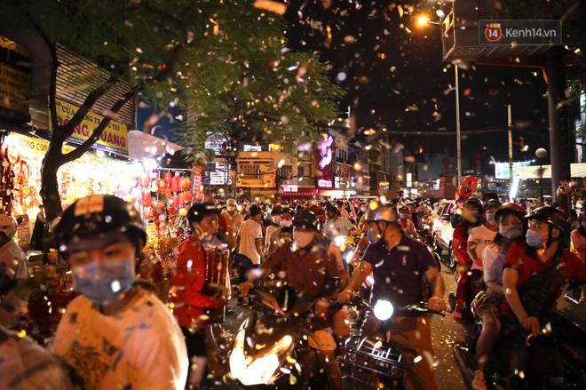 Không khí tối 30 Tết: Người dân Sài Gòn đeo khẩu trang, ùn ùn đổ ra đường đón chờ khoảnh khắc giao thừa - Ảnh 8.