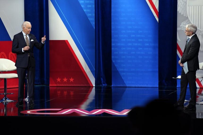 Ông Biden đang nói trên sân khấu trong buổi gặp gỡ cử tri được CNN truyền trực tiếp, đứng bên phải là dẫn chương trình Anderson Cooper. Ảnh: AP.