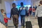 Người phụ nữ mặc quần xuyên thấu để lộ nguyên vòng 3 thản nhiên đi lại giữa sân bay cùng chồng và con nhỏ, danh tính còn gây bất ngờ hơn