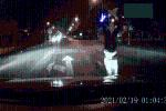 CLIP: 'Múa quạt' chặn đầu ôtô giữa đêm, thanh niên bị người đàn ông lao vào đấm túi bụi