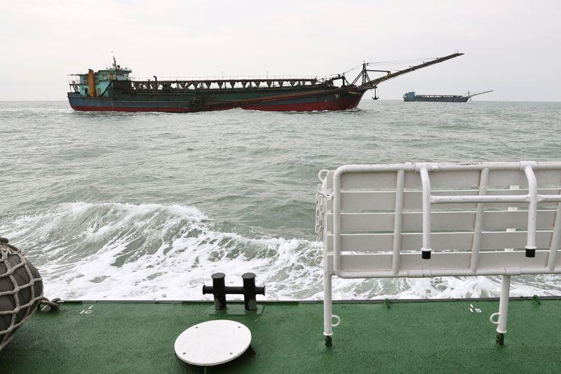 Tàu hút cát Trung Quốc đại lục nhìn từ tàu tuần tra của Đài Loan. Ảnh: Reuters.