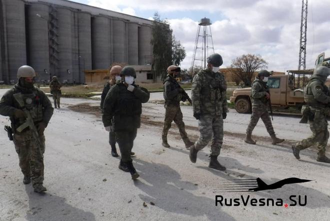 Quân cảnh Nga - Thổ tuần tra tại khu vực silo gần al-Shirkrak (Ảnh: RusVesna.SU).