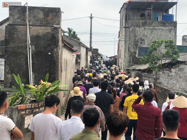 Hàng trăm người xếp hàng dài tiễn biệt nữ sinh về nơi an nghỉ cuối cùng.