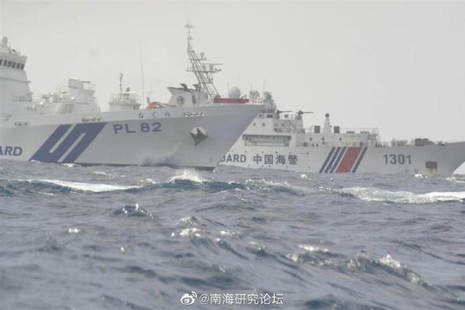 Tàu Cảnh sát biển Nhật Bản xua đuổi tàu Hải cảnh Trung Quốc ở vùng biển quần đảo Senkaku/Điếu Ngư. Ảnh: SCSPI.