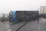 Xe khách lật trên cao tốc, 6 người thoát chết