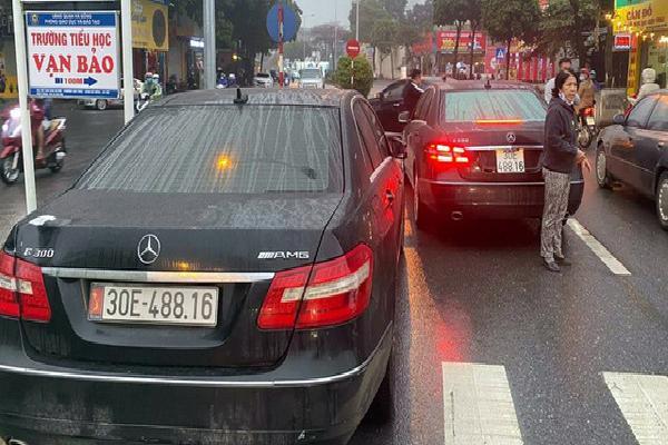 Hai ô tô trùng biển số lưu thông trên đường Hà Nội.