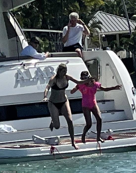 Bà mẹ 3 con diện bộ bikini màu đen cùng con gái 9 tuổi.