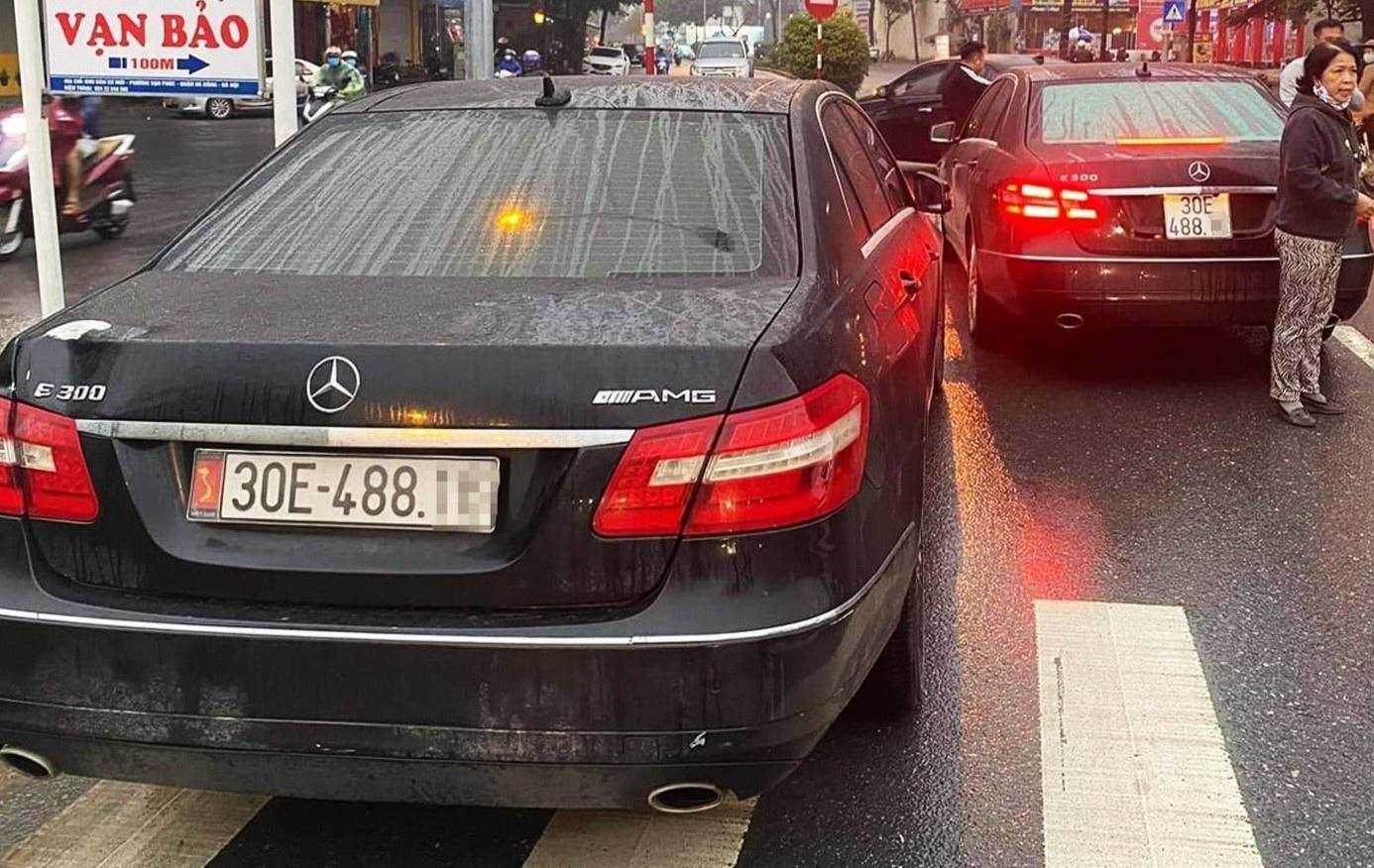 Hai chiếc Mercedes cùng biển số lưu thông trên đường phố Hà Nội. Ảnh: H.P.