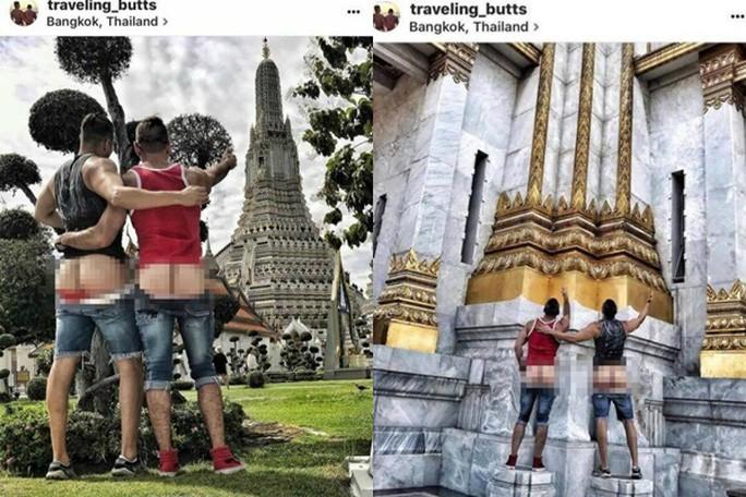 Hai người đàn ông cởi quần chụp ảnh check in ở chùa.