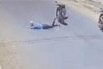 Ngã văng xuống đường, chàng trai lồm cồm bò dậy ngơ ngác không hiểu xe máy đã biến đâu mất?
