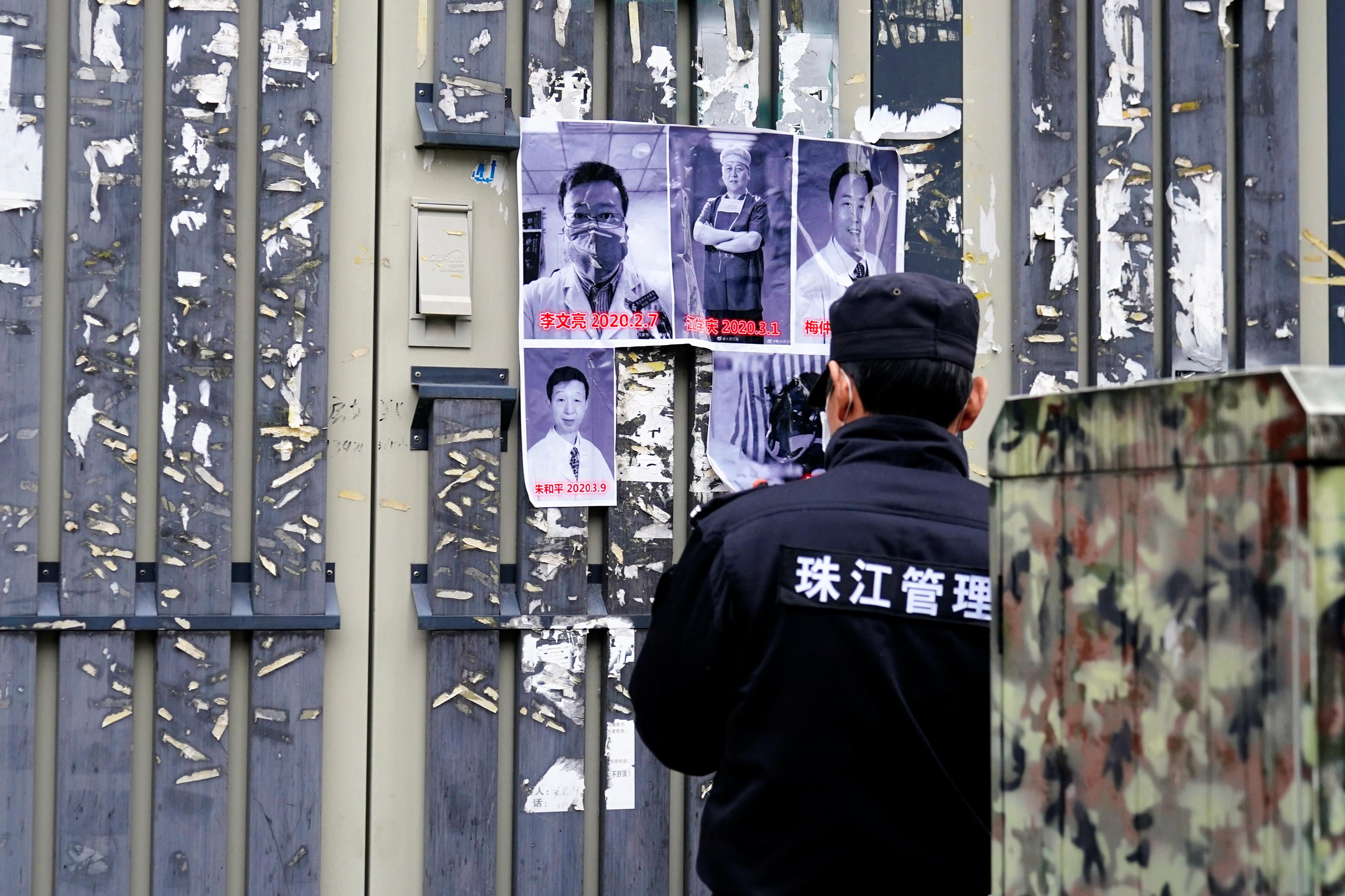 Hình ảnh các bác sĩ thiệt mạng trong đại dịch Covid-19 được dán tại Bệnh viện Trung tâm Vũ Hán hôm 7/2. Ảnh: Reuters.