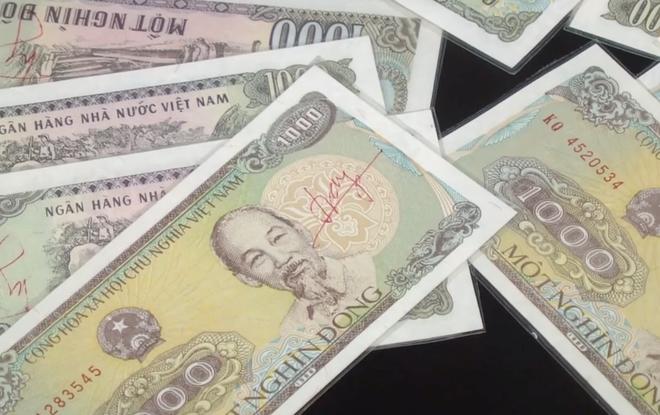 Mỗi tờ tiền được Cường ép plastic và tự tay ký vào các tờ tiền quy đổi cho các con bạc.