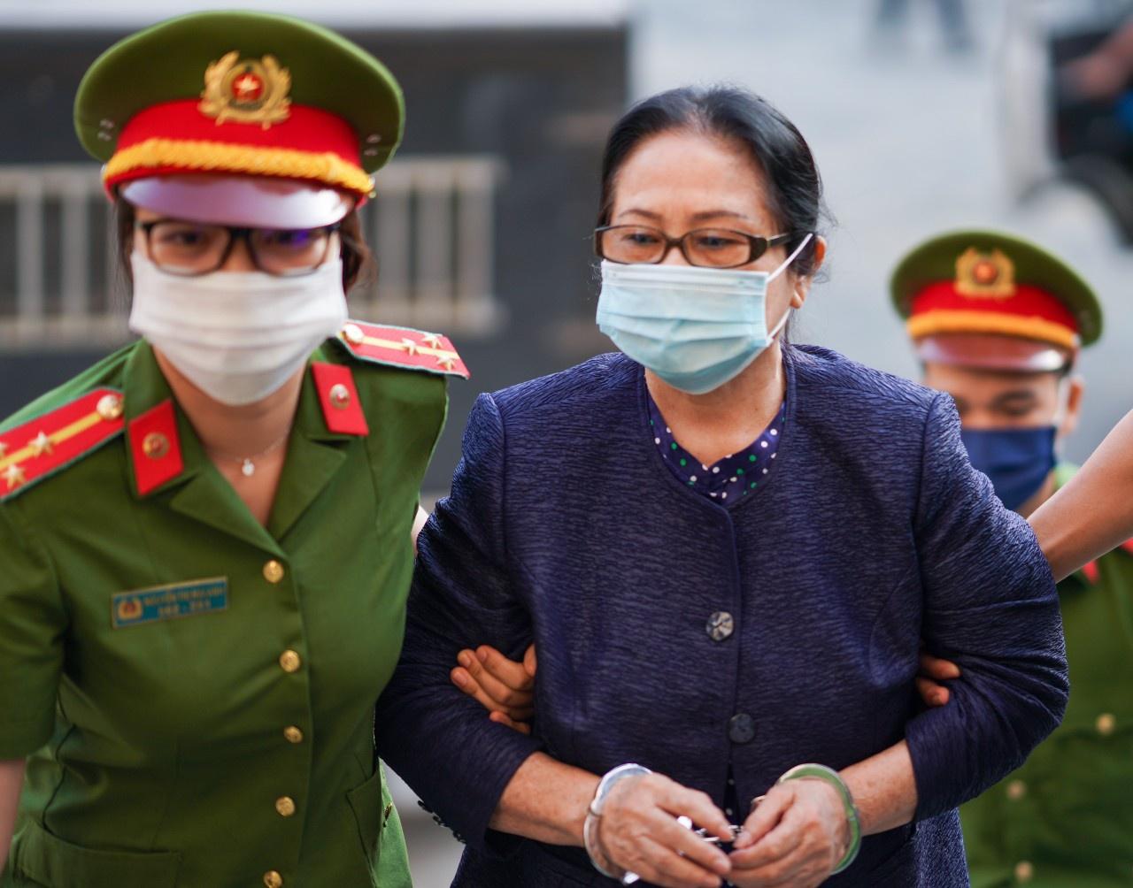 Bà Dương Thị Bạch Diệp được dẫn giải đến tòa sáng nay. Ảnh: Chí Hùng.