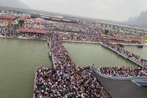 Chùa Tam Chúc, chùa Hương ken cứng người đi lễ: 'Bóng ma' COVID-19 chực chờ!?