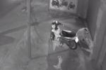 Clip: Kẻ gian trộm xe, ĐTDT của thanh niên nhậu say ngủ trước cửa nhà ở Sài Gòn