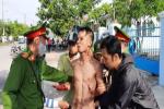 Thanh niên nghi 'ngáo đá' dùng dao tự gây thương tích, miệng liên tục la hét 'giết người'