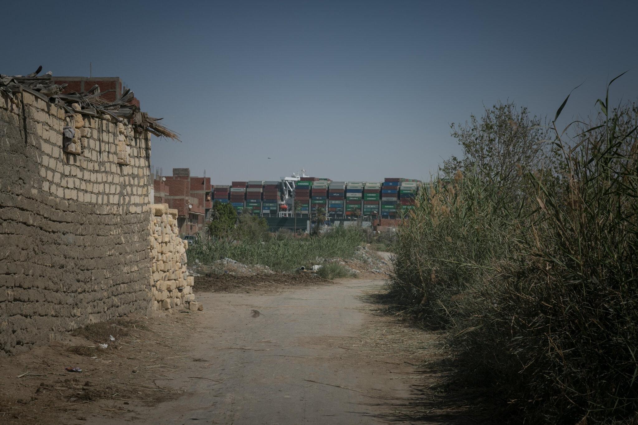 Góc nhìn tàu Ever Given từ phía ngôi làng Manshiyet Rugola, Ai Cập dọc kênh đào Suez hôm 27/3. Ảnh: New York Times.