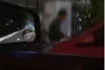 Người đàn ông dùng 2 vạch 'làm điều mờ ám' với chiếc ôtô đỗ trong chỗ tối, nhìn hậu quả mà chủ xe chỉ biết 'khóc ròng'