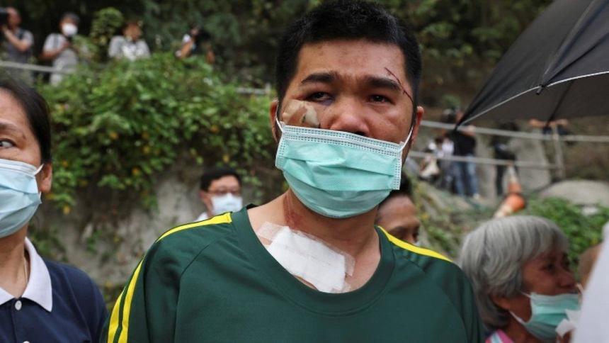 Người cha họ Yang, 42 tuổi, mất một cô con gái trong vụ tai nạn. Ảnh: Reuters.