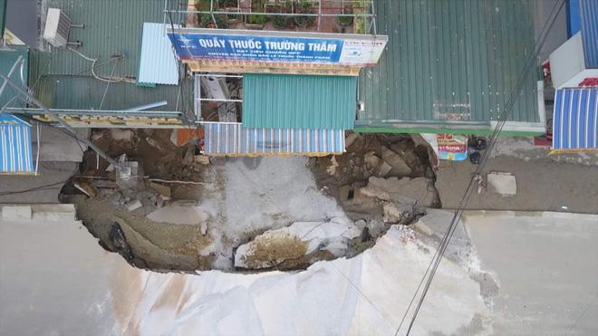 """Hố sụt """"nuốt gọn"""" nhiều khối đất đá do người dân đổ xuống để ngăn chặn hiện tượng sụt lún."""
