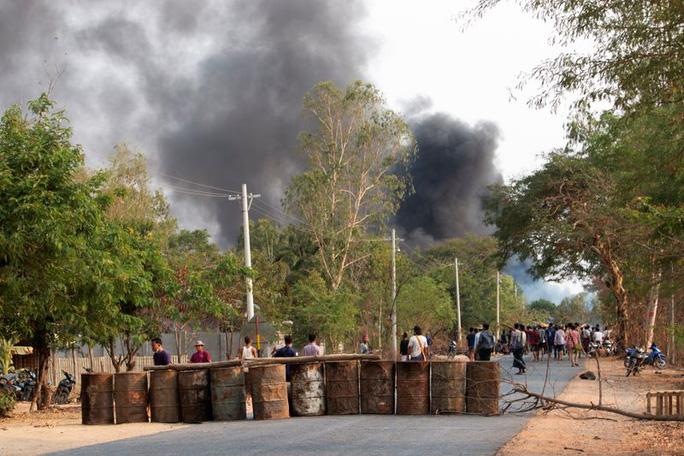 Ảnh chụp người biểu tình chuẩn bị xung đột với lực lượng an ninh tại khu vực Sagaing - Myanmar hôm 7/4. Ảnh: Reuters
