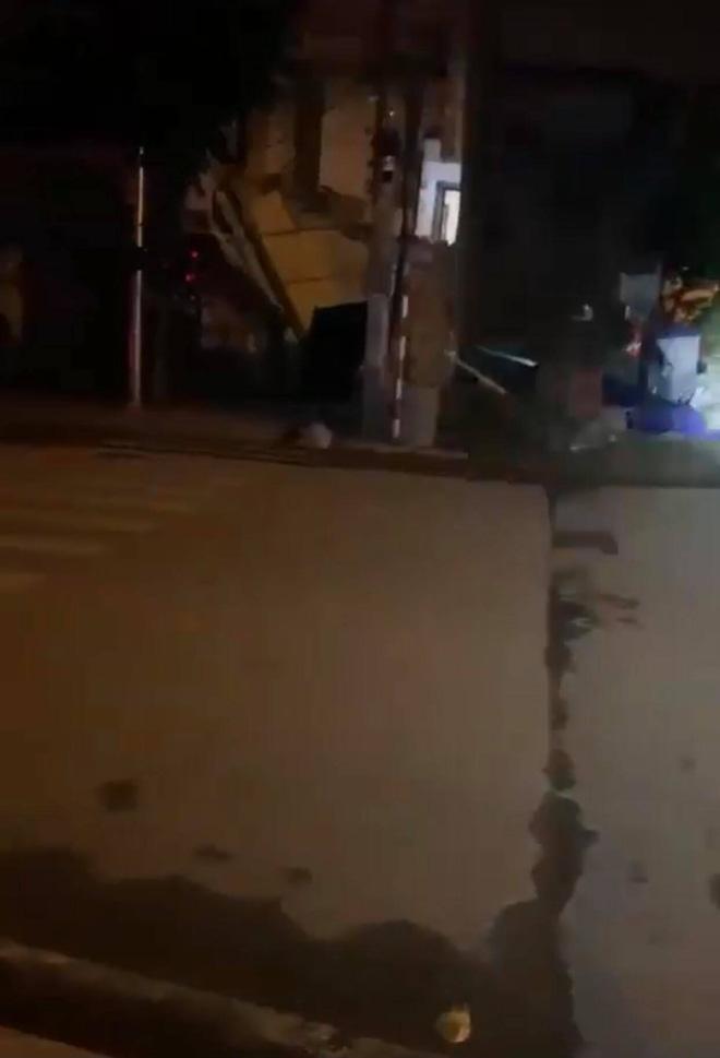 Cảnh tượng ngôi nhà đổ sập. Ảnh cắt từ clip