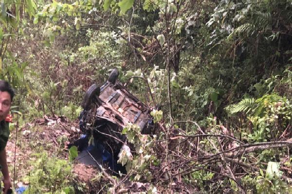 Xe taxi đâm xuống vực sâu 100m, 1 người chết, 3 người bị thương