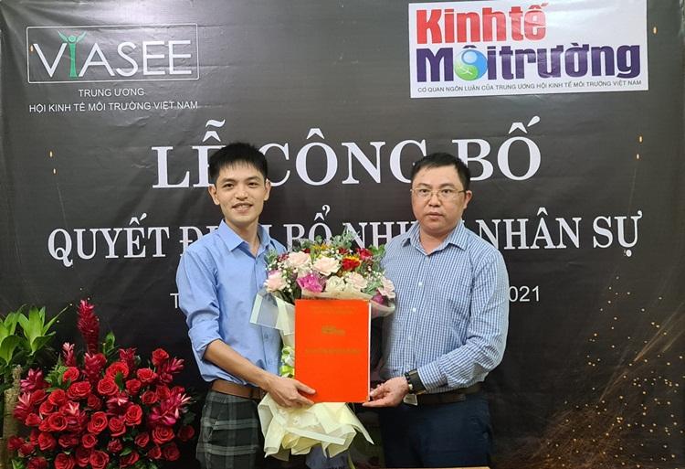 Phó Tổng biên tập Nguyễn Tường Quân trao quyết định bổ nhiệm cho Nhà báo Nguyễn Trung Tuyến.