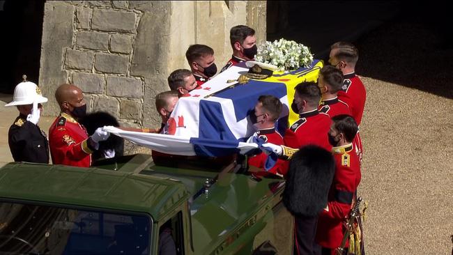 Vì sao trên quan tài Hoàng tế Philip lại có một thanh gươm, chiếc mũ và vòng hoa? Tất cả đều mang ý nghĩa vô cùng đặc biệt trong cuộc đời ông