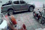 Clip: Bị tông từ phía sau, ôtô Kia Morning lao lên vỉa hè rồi húc đổ loạt xe máy và bán tải