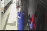 Clip: Người phụ nữ bị container 'nuốt trọn' sau pha nhấn ga đầy ngoan cố