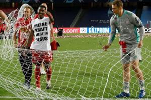 Vô địch Cúp Nhà vua Tây Ban Nha, bạn trai Shakira cắt trụi mành lưới mang về làm kỷ niệm, phun sâm-panh vào những chiếc máy quay tiền tỉ