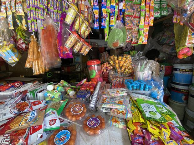 Nhiều đồ chơi, đồ ăn được bày bán trước các cổng trường học