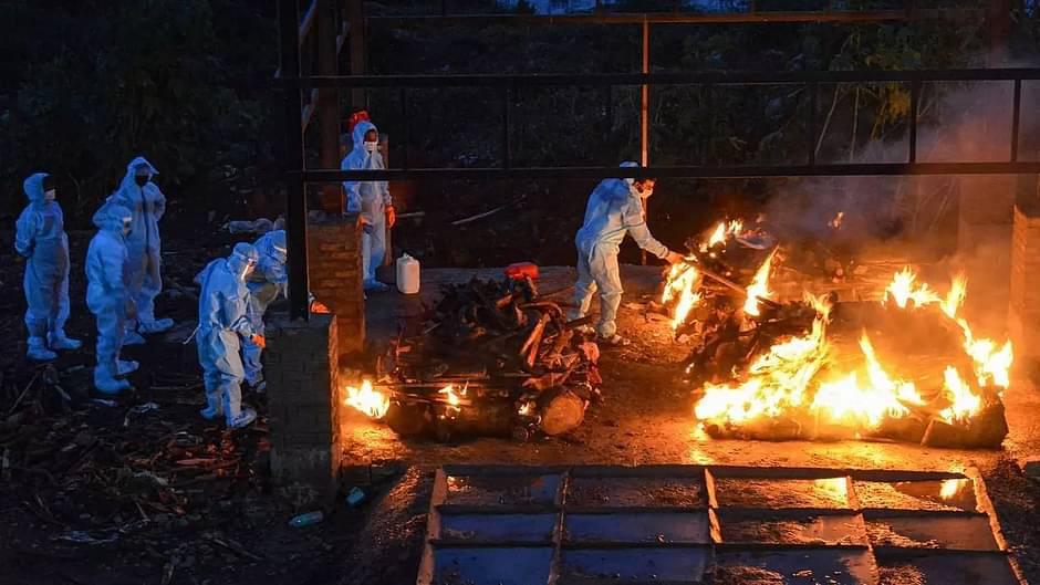 Các thi thể được hỏa thiêu theo quy định phòng chống Covid-19 ở Ấn Độ. Ảnh: Sentinel.
