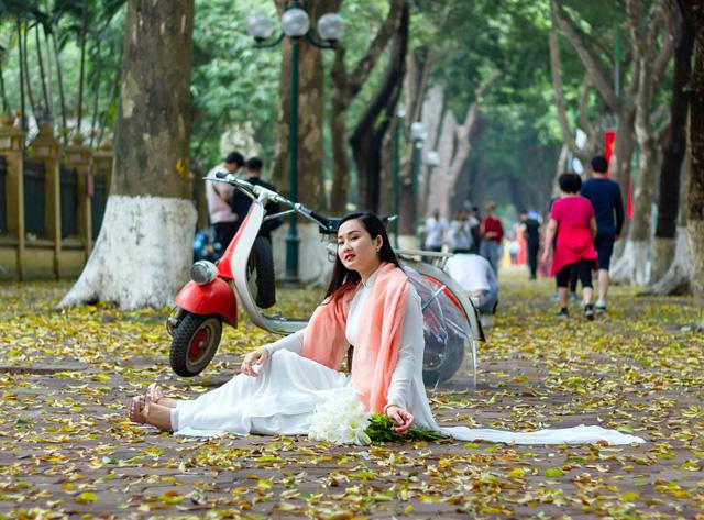 Vỉa hè trên phố Phan Đình Phùng nhiều ngày qua đã thu hút một lượng lớn người dân kéo chụp ảnh.