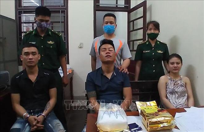 Các đối tượng Nguyễn Trà Thị Trà My, Nguyễn Vũ Trọng, Trần Văn Trung cùng tang vật. Ảnh: TTXVN