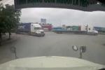 Clip: Đâm trúng container, thanh niên tức giận túm tóc đánh tài xế