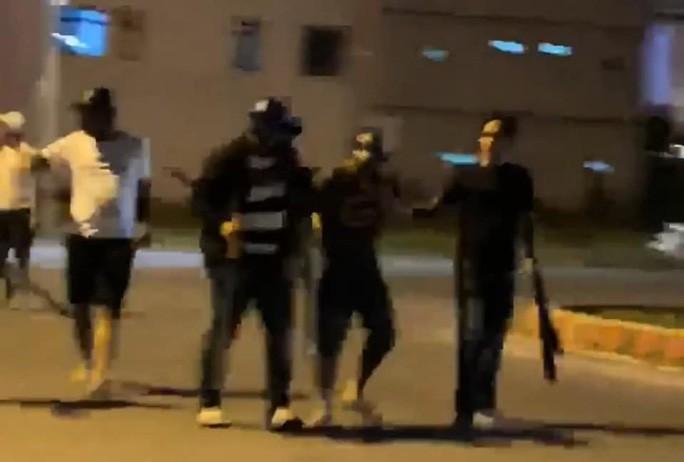 Các đối tượng mang dao, mã tấu rượt chém nhau khiến người dân hoảng loạn bỏ chạy