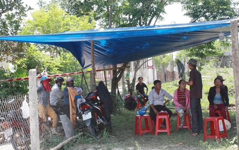 Sáng 23/4, có hàng chục người dân thôn Phường Thuốc tụ tập trước cổng Trại heo Hùng Vân để yêu cầu dừng hoạt động theo cam kết.