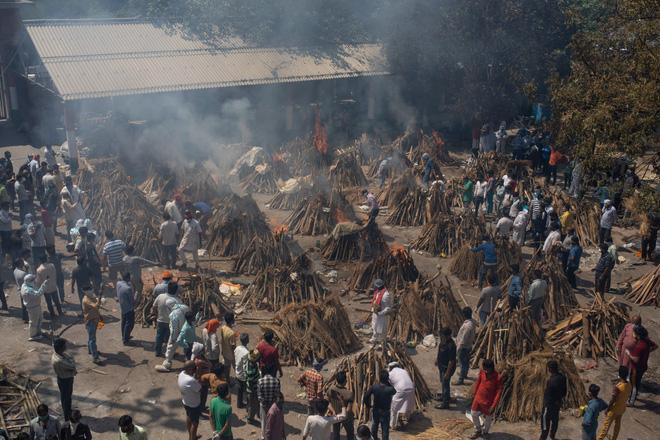 Một khu đất được chuyển thành khu hỏa táng nạn nhân COVID-19 ở New Delhi.