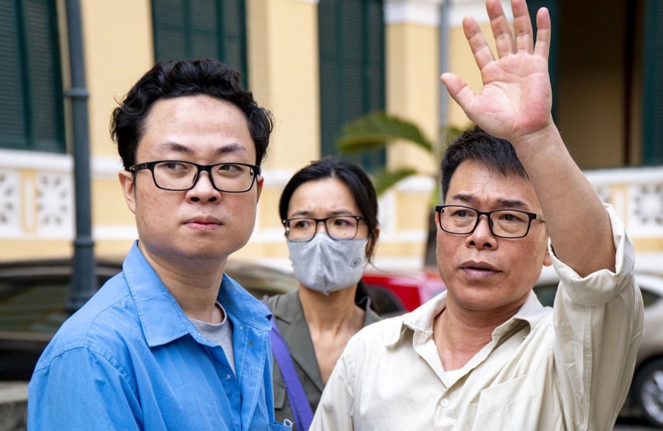 Nguyễn Hải Nam và Lâm Hoàng Tùng (áo xanh) tại tòa sơ thẩm. Ảnh: Văn Nguyện.